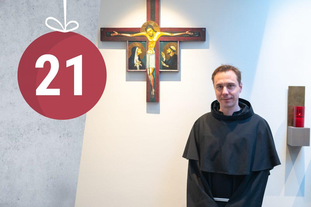 Ein Franziskaner Minorit vor dem Jesuskreuz.