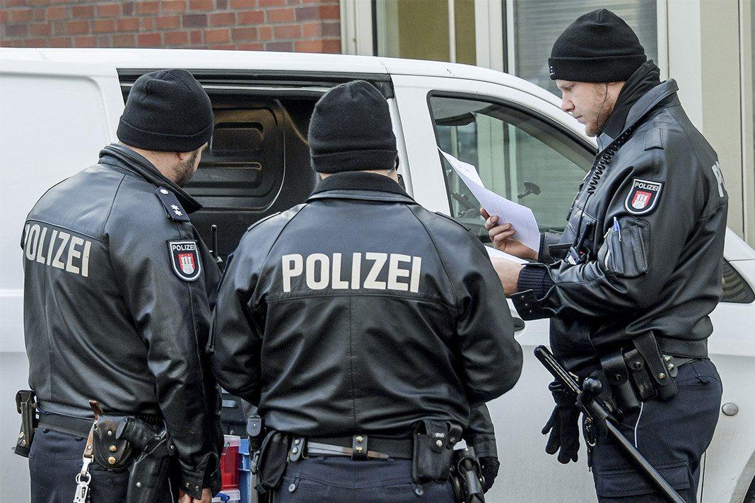 Razzia in Hamburg wegen Krebsmedikamenten. Polizisten beim Einsatz.
