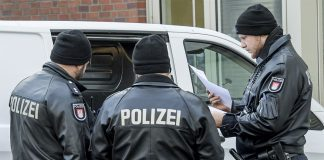 Razzia in Hamburg wegen Krebsmedikamenten. Polizisten beim Einsatz.