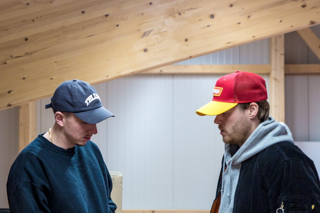 Timo und Mölli stehen sich gegenüber. Beide tragen eine Cap aus ihrer Kollektion.
