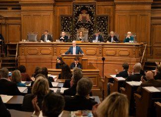 Peter Tschentscher vor der applaudierenden Bürgerschaft