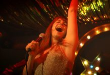 Protagonistin Rose (Jessie Buckley) singt auf der Bühne einer Country-Bar in Glasgow. Film: Wild Rose von Tom Harper.