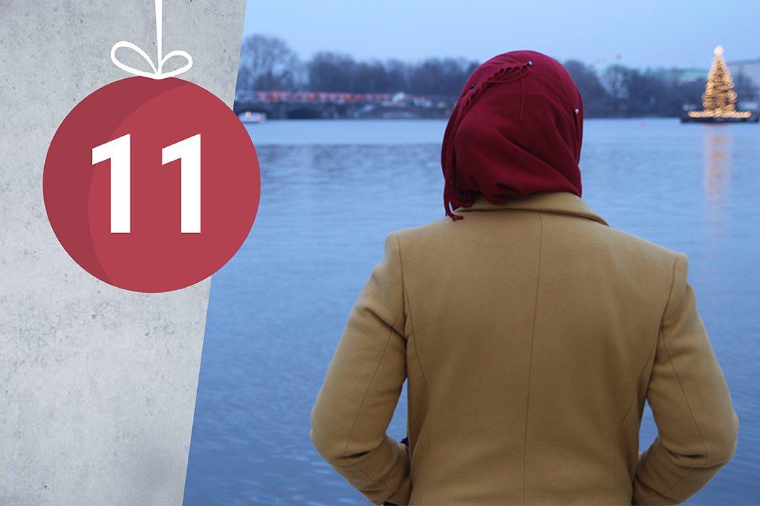 Sarah schaut auf die Binnenalster, im Hintergrund befindet sich der Alster-Weihnachtsbaum.