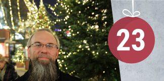 Brian Barker vor den Lichtern eines Weihnachtsmarktes in Hamburg