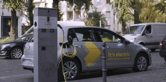 We Share - Fahrzeug an einer Ladestation in Berlin