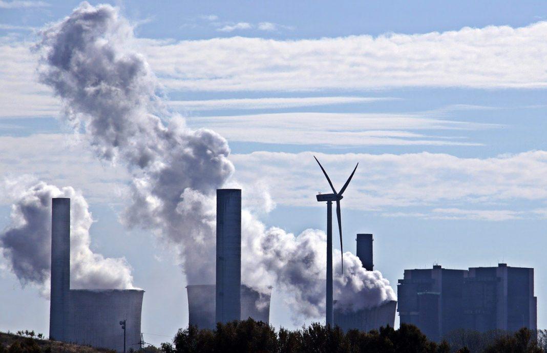 Kohlekraftwerk und Windkraftwerk.