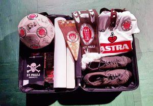 Die Erinnerungskoffer beider Vereine enthalten Exponate der Vereinsgeschichte und Fanartikel. Foto: HAW/FC St. Pauli