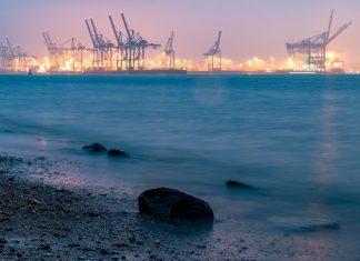 Die Elbe, im Hintergrund Kräne. Foto: Pixabay