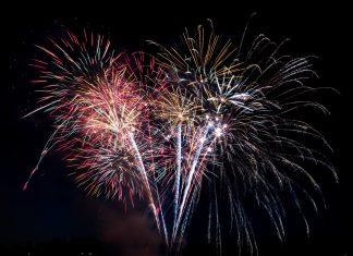 Feuerwerk vor schwarzem Hintergrund