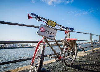 Das Fahrrad U3-Fiete im Profil vor der Elbe.