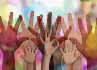 Engagementstrategie: Viele Hände werden in die Luft gestreckt.