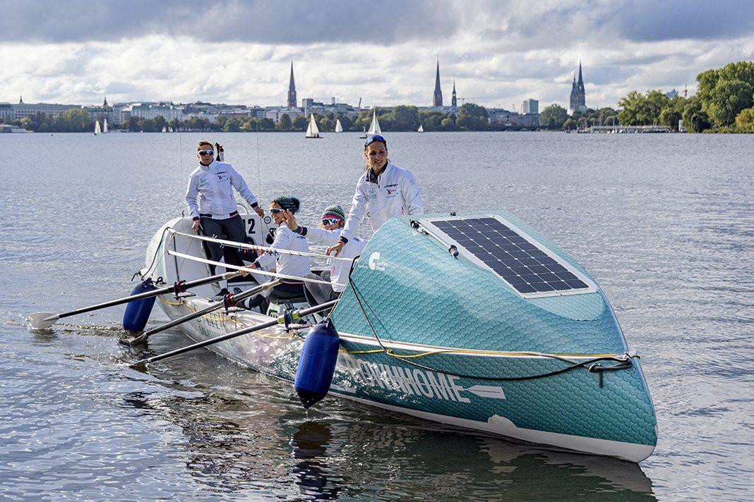 Die Wellenbrecherinnen Catharina Streit, Stefanie Kluge, Timna Kluge und Meike Ramuschkat legen mit ihrem Boot an einem Bootssteg an der Außenalster an. Foto: Axel Heimken/dpa