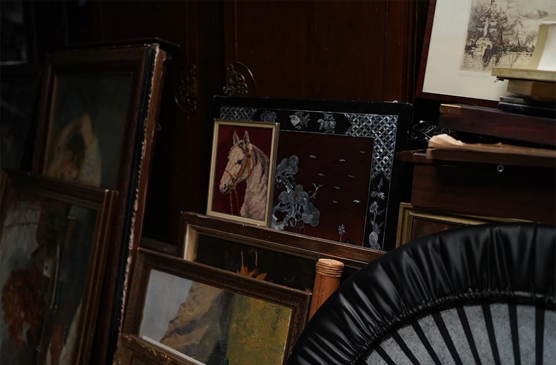 Bilder und ein Trampolin lehnen an der Wand.