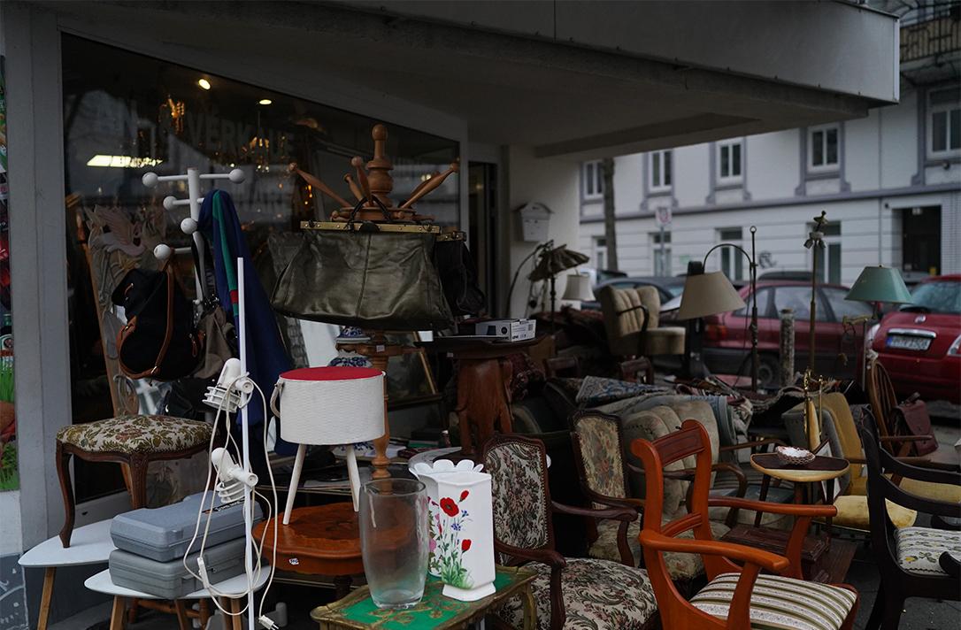 Möbel stehen auf der Straße.