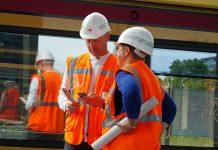 Zwei Projektleiter auf einer Baustelle im Gespräch.