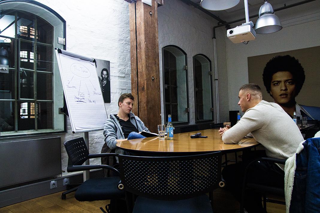 Disarstar und FINK-Redakteur Max Nölke unterhalten sich am Tisch. Foto: Dustin Balsing