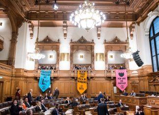 Bunte Transparente mit Aufschriften zum Klimaschutz im Hamburger Rathaus