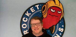 Heiko vor dem Rocket Beans Logo