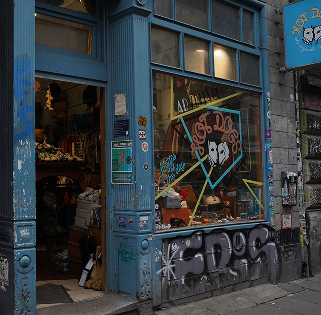 Ein Geschäft mit bunter Fassade von Außen.