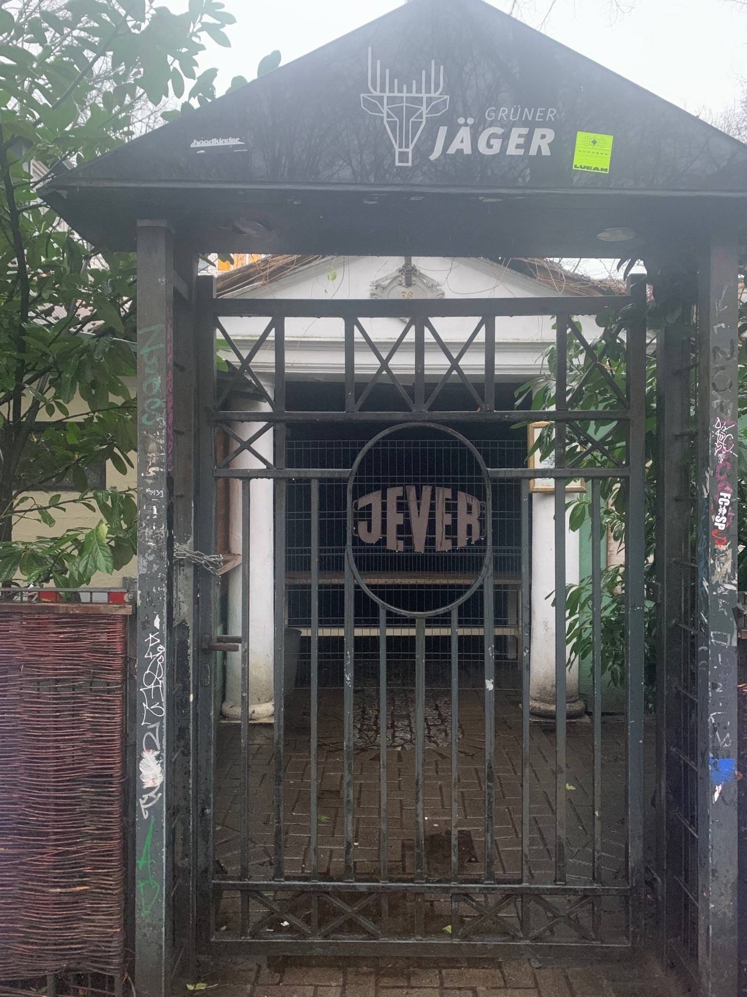 Die verschlossene Eingangstür des Musikclubs Grüner Jäger.