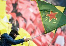 Ein FC St. Pauli Fan schwenkt eine kurdische Flagge.