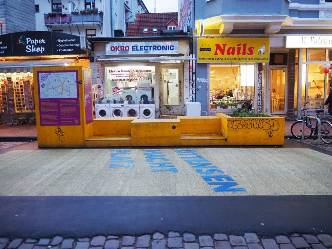 Gelbe Sitzbänke vor Geschäften in Ottensen