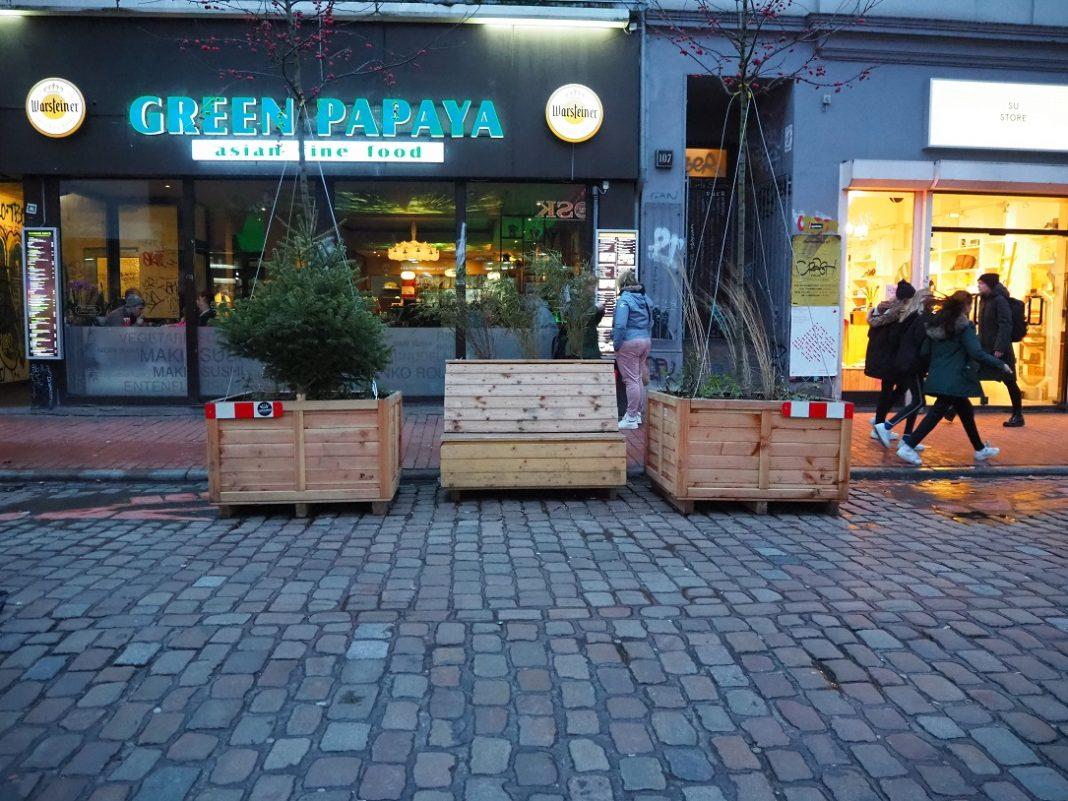 Sitzgelenheit zwischen zwei Pflanzenkübeln in der Bahrenfelder Straße