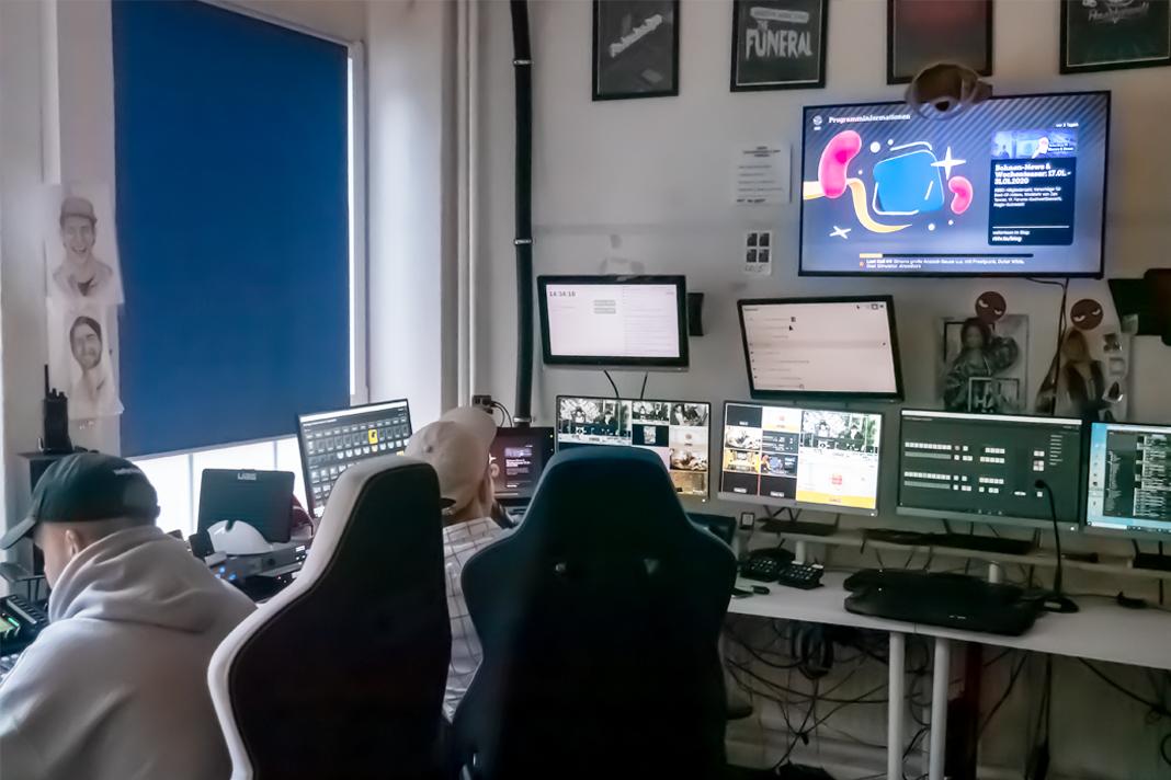 Eine Regie mit vielen Monitoren und Muschpulten.