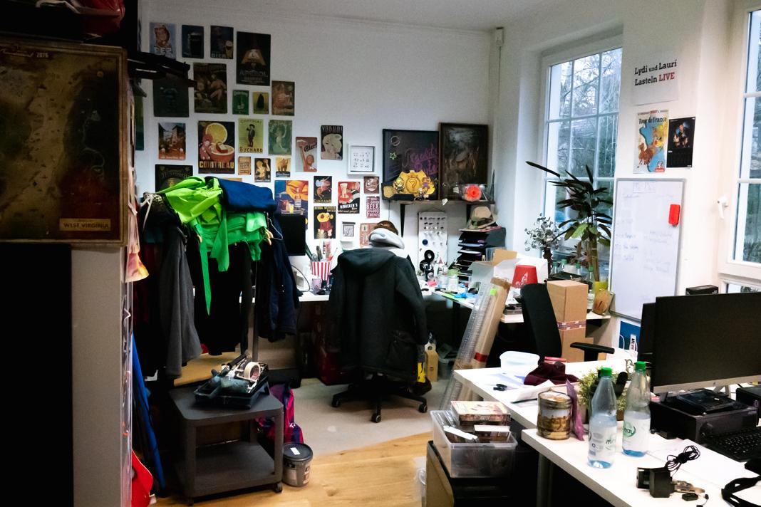 Ein Raum mit Kostümen und Bildern an der Wand.