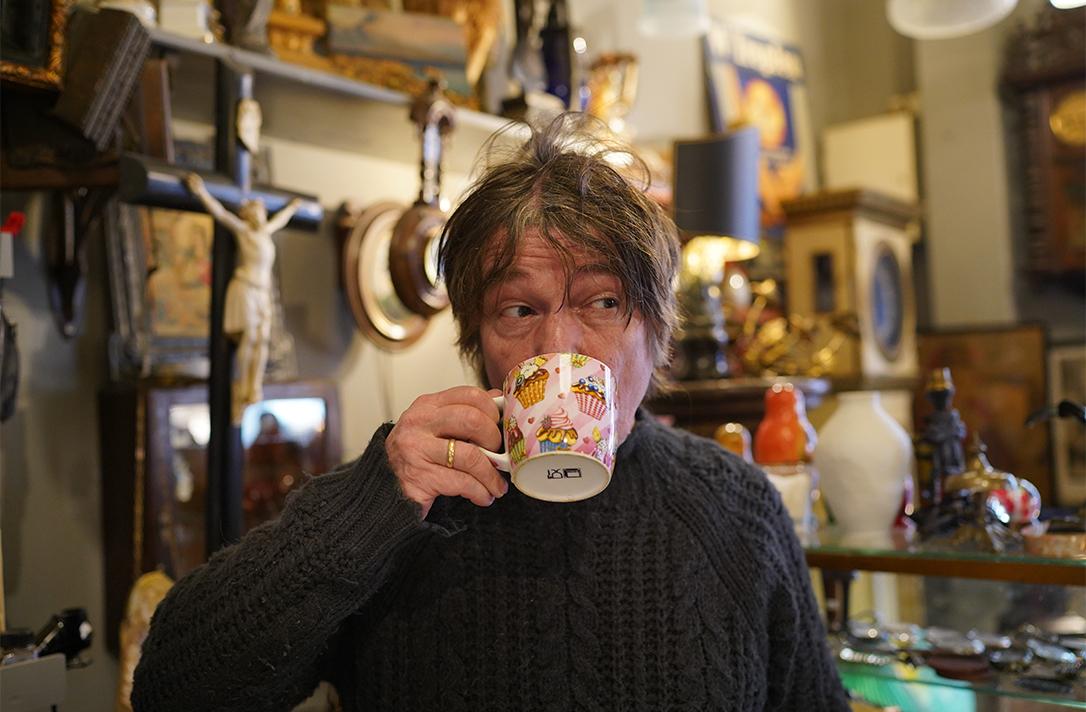 Ein Mann trinkt eine Tasse Café.