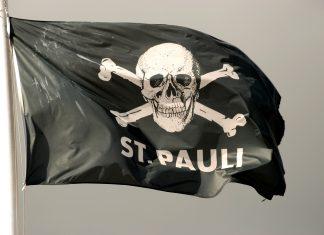 Eine Flagge mit dem Totenkopf-Logo von St. Pauli
