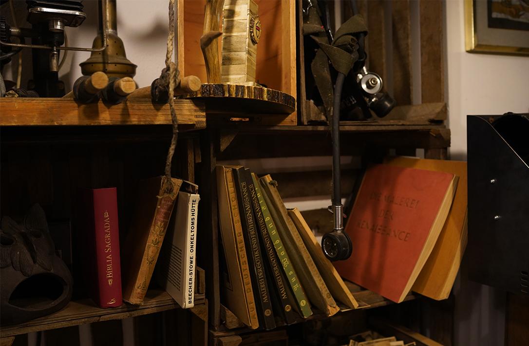 Alte Bücher stehen in einem Regal.