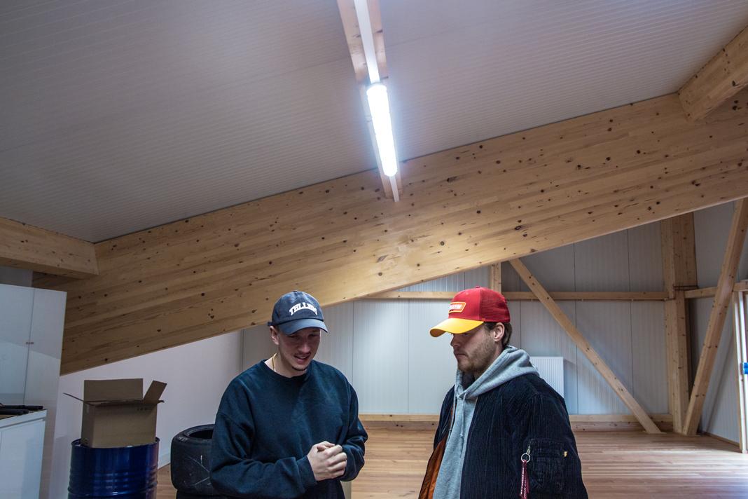Timo und Mölli stehen unter einer Neonröhre.