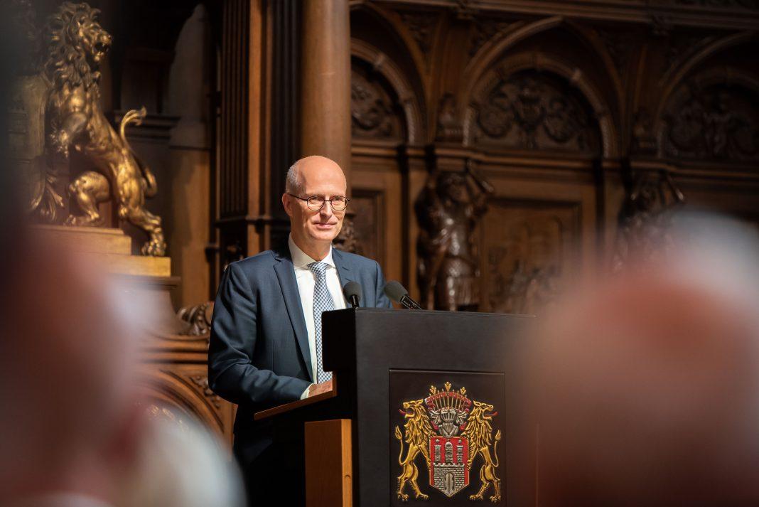 Peter Tschentscher vor einem Rednerpult
