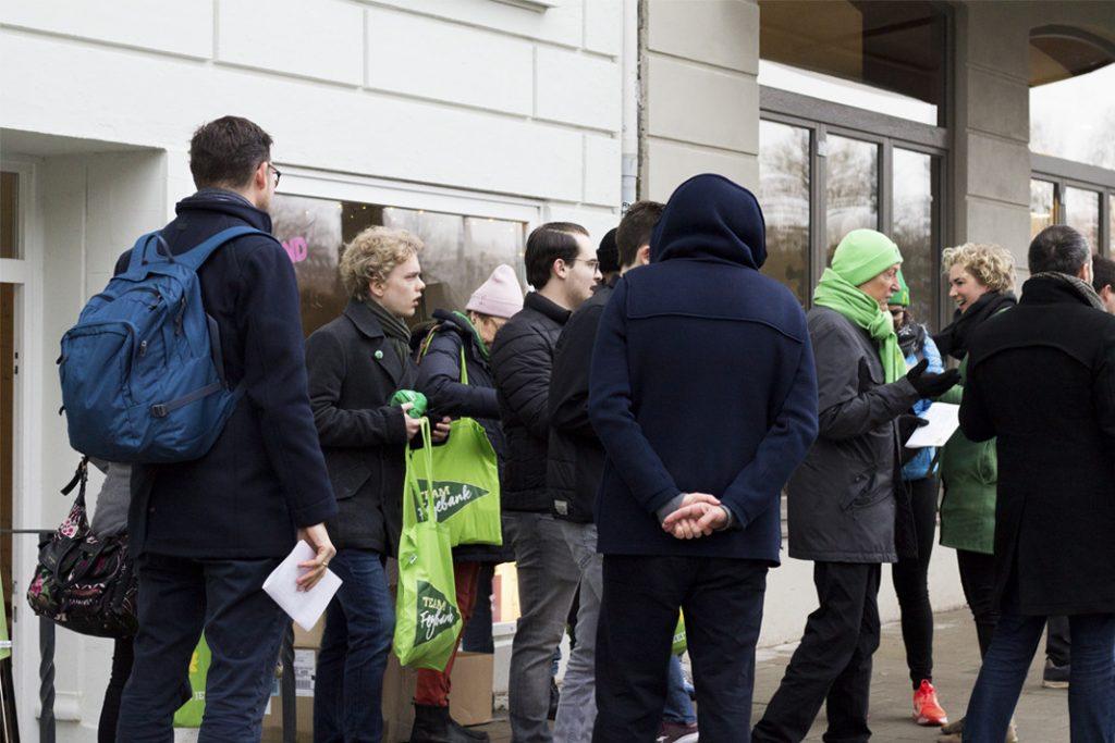 Vor der Visionenwerkstatt in der Weidenallee treffen sich die Wahlkämpfer*innen zum gemeinsamen Auftakt. Foto: Isabel Surges