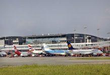 Flugzeuge vor dem Flughafen Hamburg