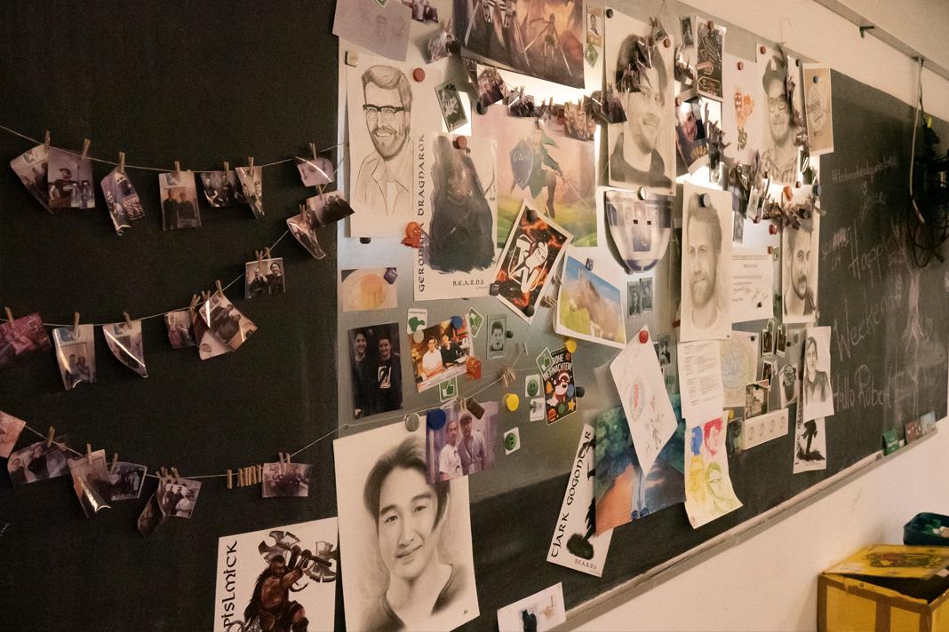 Eine Wand mit Bilder, Zeichnungen.