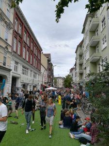 viele Menschen auf der Ottenser Hauptstraße