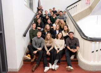 Die Redkateur*innen von FINK.HAMBURG sitzen auf einer Treppe in der HAW Hamburg.