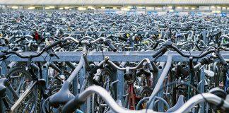 Fahrräder auf einem Fahrradparkplatz