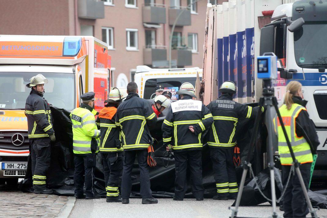 Einsatzkröfte zwischen einem müllauto und Rettungswagen nach eine Fahrradunfall in Hamburg-Wandsbek.