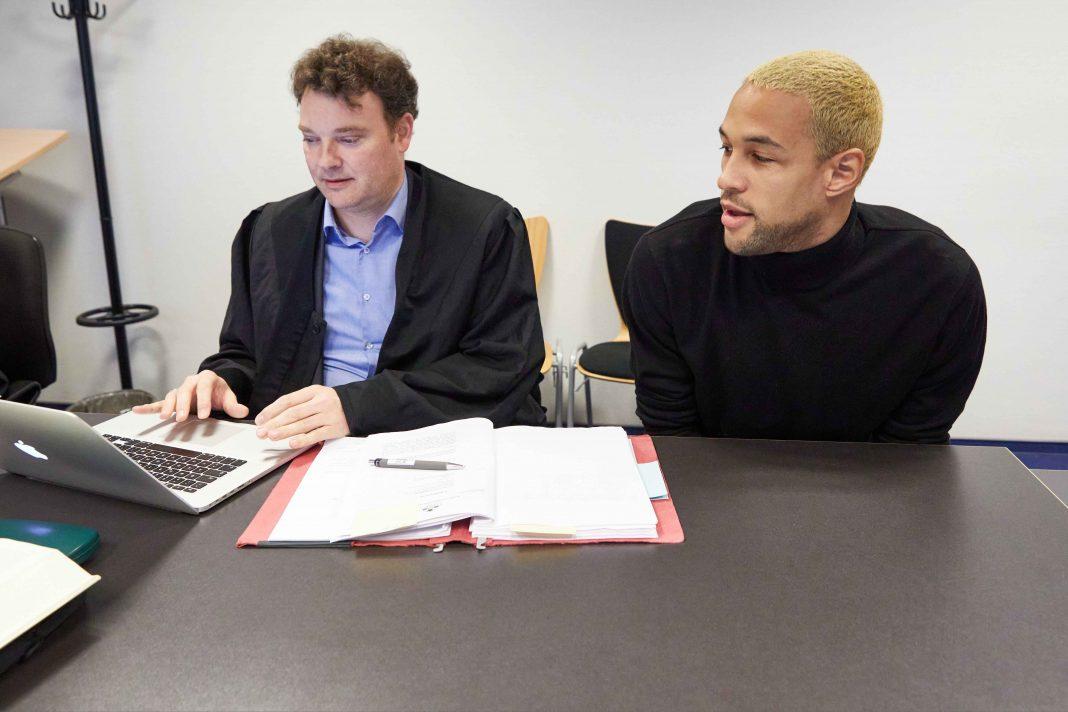 Der angeklagte YouTuber Simon Desue (r) und sein Rechtsanwalt Arne Timmermann sitzen vor Beginn des Prozesses im Amtsgericht St. Georg. Foto: Georg Wendt/dpa