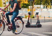 E-Scooter und Fahrradfahrer auf öffentlichem Platz
