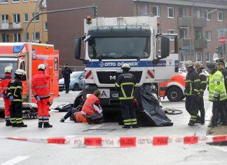 Rettungskräfte sichern einen Unfallort. Abbiegeassistenten sollen das in Hamburg künftig verhindern.
