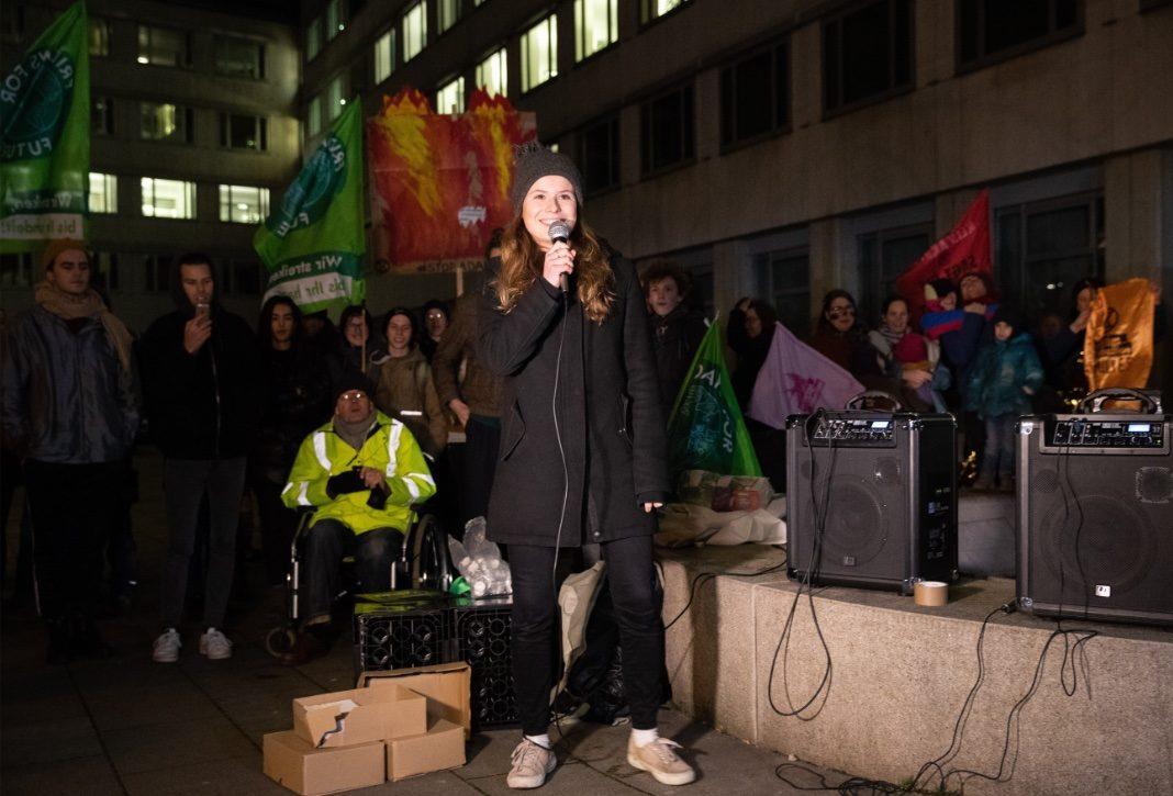 Luisa Neubauer mit Mikrofon in der Hand bei einem Protest vor der Siemens-Niederlassung in Hamburg