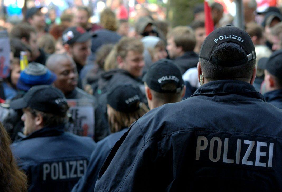 Drei Polizisten von hinten. Sie sollen laut FDP künftig mit Elektroschockwaffen ausgestattet werden.