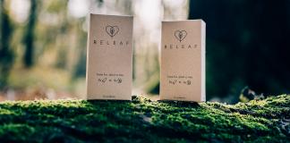 Zwei Verpackungen der Kondome des Start-ups Releaf