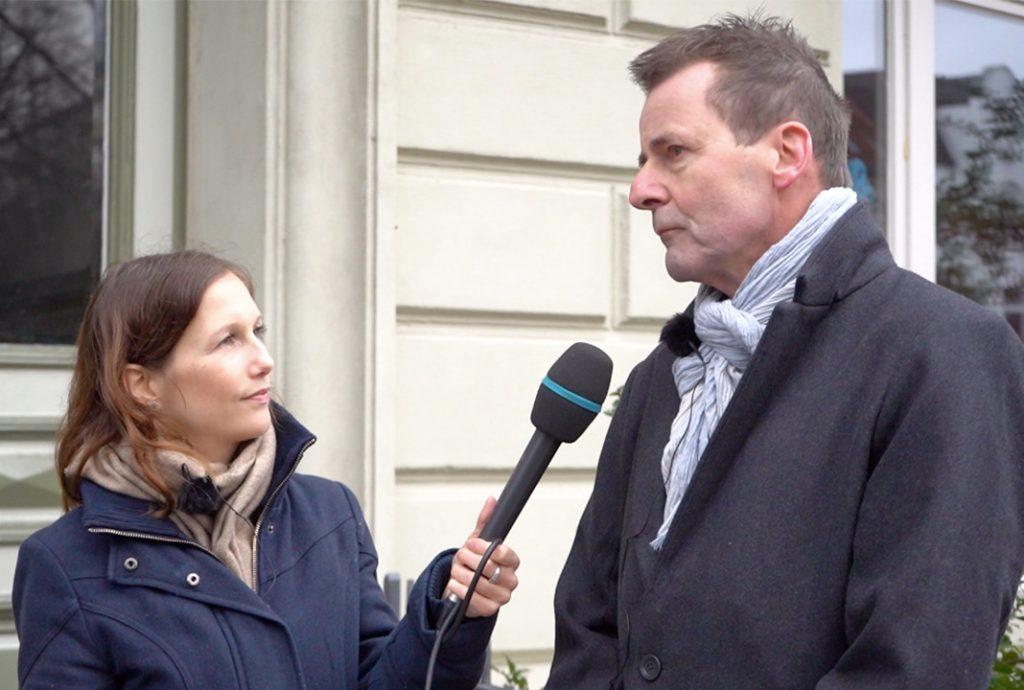 DDR-Zeitzeuge Uwe Kaspereit im Interview mit FINK.HAMBURG-Redakteurin Sandra Jütte. Foto: Isabel Surges