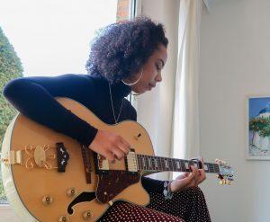 In ihrer Freizeit schreibt Mila Musik - zum Beispiel über die positiven Seiten der Coronakrise. Foto: Pia Röpke