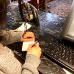Amira ist im Corona-Stress und schreibt eine Bestellung auf.